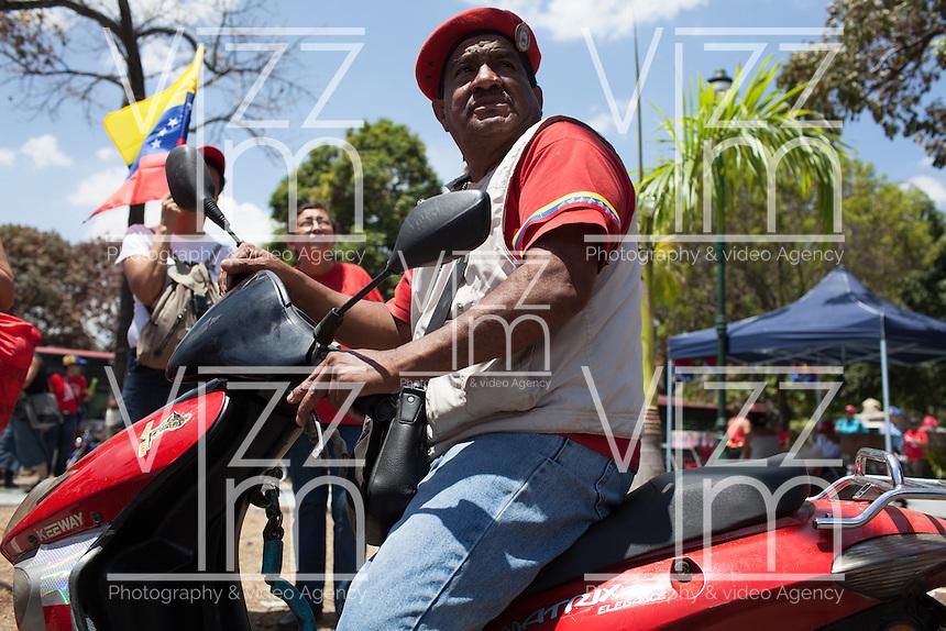 CARACAS - VENEZUELA 08-03-2013, Un hombre observa en una pantalla el funeral de estado de Chávez. El lider y  presidente de Venezuela, Hugo Chávez Frías, falleció el pasado martes 5 de marzo de 2013 a causa de un cancer a la edad de 58 años./ A man watch the screen during state funeral of Chavez. The leader and president of Venezuela, Hugo Chavez Frias who died by cancer the past March 5th of 2013 at the age of 58. Photo: VizzorImage / CONT