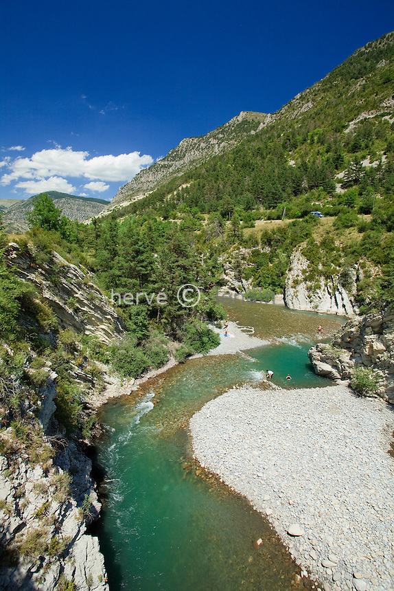 France, Alpes-de-Haute-Provence (04), à proximité de Thorame-Haute, Haut-Verdon, Parc National du Mercantour, plage sur le Verdon et vacanciers //France, Alpes de Haute Provence, near Thorame Haute, Haut Verdon, Parc National du Mercantour (Mercantour National Park), beach on the Verdon river and holiday-makers