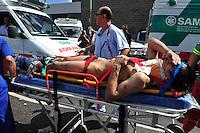BAS25. BUENOS AIRES (ARGENTINA), 22/02/2012.- Un herido es trasladado en camilla hoy, miércoles 22 de febrero de 2012, tras el accidente de un tren en Buenos Aires (Argentina), que dejó un saldo de 49 muertos, entre ellos un menor, confirmó el vocero de la Policía Federal argentina, Fernando Sostre. En la tragedia, ocurrida en la estación ferroviaria de Once, más de 600 personas resultaron heridas, dijo Alberto Crescenti, del Sistema de Atención Médica de Emergencia (SAME). EFE/Martín Quintana.