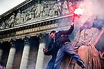 Olivier Besancenot brandit un fumigène depuis une des statues de l'Assemblée Nationale à Paris le 15/12/2009, jour de l'examen du projet de loi réformant le statut de La Poste. Une vingtaine de militants du NPA et du syndicat SUD-PTT ont manifesté devant les grilles du Palais Bourbon, que 5 ou 6 militants ont escaladé avant d'être délogés par les forces de l'ordre.