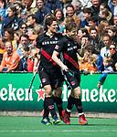 BLOEMENDAAL   - Hockey -  Jan Willem Buissant brengt de stand op 0-2. links Boris Burkhardt (A'dam). 3e en beslissende  wedstrijd halve finale Play Offs heren. Bloemendaal-Amsterdam (0-3).     Amsterdam plaats zich voor de finale.  COPYRIGHT KOEN SUYK