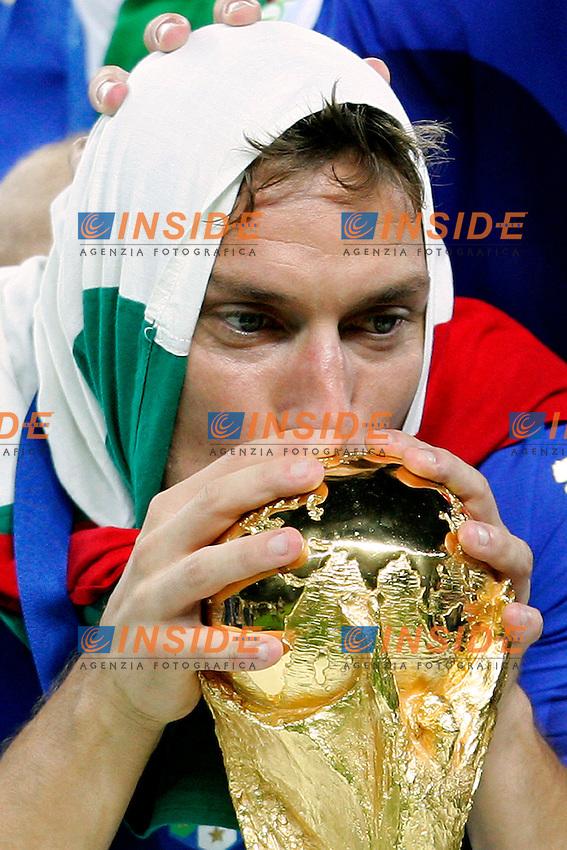 Berlino 9/7/2006 World Cup 2006 - Italia Francia 6-5 (d.c.r.).Italia Campione del Mondo. Photo Andrea Staccioli Insidefoto. Francesco Totti bacia la coppa del mondo