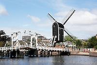 Nederland  Leiden  2016 05 15. Molen de Put en de Rembrandtbrug aan het Galgewater.  Foto Berlinda van Dam /  Hollandse Hoogte