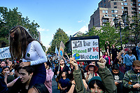 Plus de 500 000 personnes participent a la marche pour le climat, en presence de Greta Thunberg, vendredi 27 septembre 2019, dans les rues de Montreal.<br /> <br /> PHOTO : Agence Quebec Presse - Pierre Tran