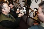 Foto: VidiPhoto<br /> <br /> DE STEEG – Jachtopzieners van de Veluwe keuren woensdag in kasteel Middachten in De Steeg de geweien en gebitten van het geschoten wild uit het afgelopen seizoen. Niet alleen wordt gelet op de kwaliteit van de dieren, maar ook of het afschot voldoende was en of het op de juiste wijze heeft plaatsgevonden. Het is een jaarlijks terugkerend, maar verplicht ritueel. Faunabeheereenheid Gelderland (FBE), waarin ook overheden, boeren-, natuur en milieuorganisaties participeren, kijkt kritisch mee. Dit jaar zullen er extra wilde varkens geschoten moeten worden omdat door voldoende voedsel er op dit moment veel biggen worden geboren. De honderden geweien en slagtanden zijn zaterdag op het kasteel te zien voor het publiek.