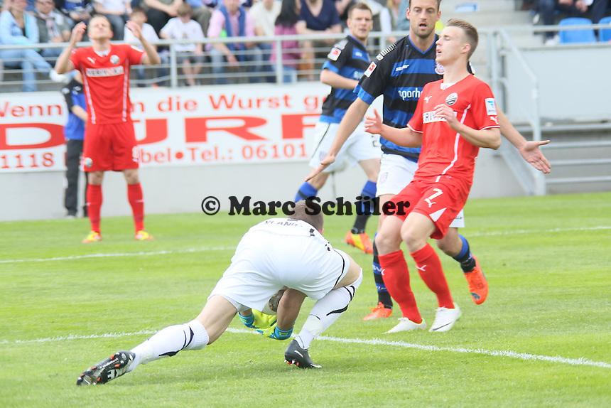 Patric Klandt (FSV) haelt gegen Marco Thiede (SVS)- FSV Frankfurt vs. SV Sandhausen, Frankfurter Volksbank Stadion