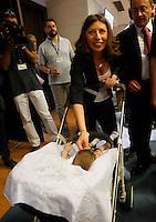 Bruna Fiola consigliere regionale del PD assiste con la figlia ala  prima seduta del Consiglio Regionale della Campania , Napoli 09 Luglio 2005
