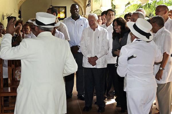 HAB301. LA HABANA (CUBA), 29/03/11 .- El expresidente de Estados Unidos Jimmy Carter (3d) y su esposa Rosalyn (sin fotografiar) visitan hoy, martes 29 de marzo de 2011, el Convento de Belén, en La Habana. Carter afirmó que espera poder contribuir a mejorar las relaciones entre su país y Cuba con su visita a la isla, donde este martes se reunirá con el mandatario Raúl Castro. El exmandatario se refirió también al contratista estadounidense Alan Gross, condenado en la isla a 15 años de cárcel por actos contra la independencia o la integridad territorial del Estado, y aclaró que él no está en Cuba para sacarlo de la isla, aunque ha hablado de su situación con encargados del caso. EFE/Desmond Boylan/POOL