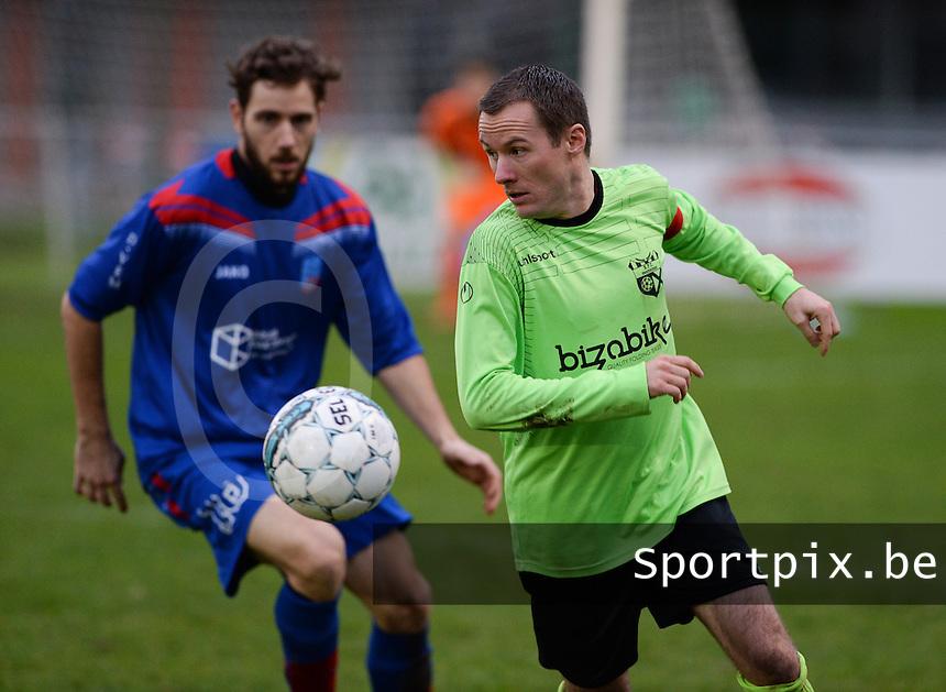 FC Moerkerke - VVC Beernem : Steve Bogaert (links) aan de bal voor Kevin Vynckier (links) <br /> Foto VDB / Bart Vandenbroucke