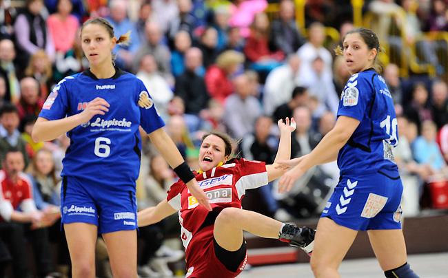 BENSHEIM, DEUTSCHLAND - MAERZ 15: 2. Spieltag in der Abstiegsrunde der Handball Bundesliga Frauen (HBF) in der Saison 2013/2014 zwischen dem Tabellenletzten HSG Bensheim/Auerbach (rot) und dem Tabellenersten der Abstiegsrunde, der HSG Blomberg-Lippe (blau) am 15. Maerz 2014 in der Weststadthalle Bensheim, Deutschland. Endstand 29:32. (16:15)<br /> (Photo by Dirk Markgraf/www.265-images.com) *** Local caption *** Xenia Smits (#6) von der HSG Blomberg-Lippe, #17 Helena Hertlein von der HSG Bensheim/Auerbach, Laura Magelinskas (#10) von der HSG Blomberg-Lippe