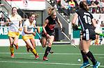 AMSTELVEEN - Hockey - Hoofdklasse competitie dames. AMSTERDAM-DEN BOSCH (3-1) Kitty van Male (A'dam) met links Pien Sanders (Den Bosch) en links Maartje Krekelaar (Den Bosch) .   COPYRIGHT KOEN SUYK