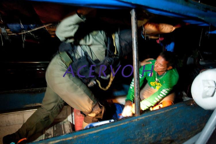 Operação de proteção a fronteira,  combate ao narcotráfico,  garimpos ilegais e contrabando.<br /> <br /> Foto Paulo Santos<br /> <br /> Militares patrulham o rio entre as cidades de Oiapoque no Brasil e São Jorge na Guiana Francesa a procura de drogas e ouro com abordagens as embarcações que passam no rio Oiapoque .<br /> Oiapoque, Amapá, Brasil<br /> Foto Paulo Santos<br /> 08/05/2012<br /> <br /> Ágata 4<br /> Combater crimes transnacionais e ambientais, o crime organizado, além de intensificar a presença do estado na faixa de fronteira apoiando as populações sãos os principais objetivos da operação ÁGATA 4 lançada pelo    Ministério da Defesa (MD) , no ultimo dia 02/05,  a Operação, uma ação  conjunta das Forças Armadas Brasileiras, com apoio de órgãos federais e estaduais, como a Polícia Federal, o Instituto Brasileiro de Meio Ambiente e dos Recursos Naturais Renováveis (IBAMA), a Secretaria da Receita Federal (SRF), a Polícia Rodoviária Federal (PRF), o Sistema de Proteção da Amazônia (SIPAM), a Força Nacional de Segurança Pública (FNS), a Agência Brasileira de Inteligência (ABIN), Agência Nacional de Aviação Civil (ANAC), Fundação Nacional do Índio (FUNAI), Instituto Chico Mendes de Conservação da Biodiversidade (ICMBio), órgãos de segurança pública dos Estados do Amazonas, Roraima, Pará e Amapá para coibir delitos transfronteiriços e ambientais na faixa de fronteira Norte. Com comando geral em Manaus foram criadas as chamadas frentes de Tarefas, a do rio Negro em São Gabriel da Cachoeira no Amazonas a do rio Branco em Boa Vista Roraima e a do Oiapoque no Amapá todas articuladas entre si. Com efetivo de  8600 homens, e grande logística, vinte e seis aeronaves como o moderno avião Embraer 145 E 99 com os mais variados tipos de censores usados pela inteligência e controle  ou o helicóptero Black Rock para transporte de tropas fazem o apoio aéreo, diversas embarcações como lanchas de aluminio até grandes balsas, dão apoio nos rios e igarapés possibilitando