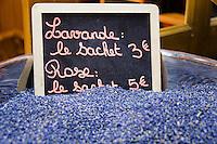 France, Provence-Alpes-Côte d'Azur, Nice: shopping in Old Town quarter - Lavender | Frankreich, Provence-Alpes-Côte d'Azur, Nizza: Einkaufen in Nizzas Altstadtgassen - Lavendelblueten