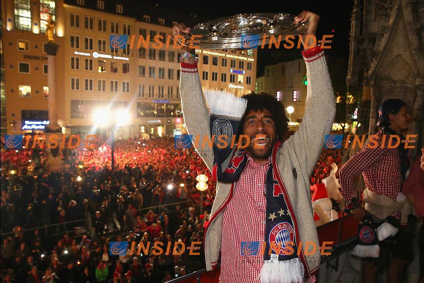 10.05.2014, Marienplatz, Muenchen, GER, 1. FBL, FC Bayern Muenchen Meisterfeier, im Bild Dante of Bayern Muenchen celebrates winning the German championship title Dante, // during official Championsparty of Bayern Munich at the Marienplatz in Muenchen, Germany on 2014/05/11. EXPA Pictures © 2014, PhotoCredit: EXPA/ Eibner-Pressefoto/ EIBNER<br /> <br /> *****ATTENTION - OUT of GER***** <br /> Football Calcio 2013/2014<br /> Bundesliga 2013/2014 Bayern Campione Festeggiamenti <br /> Foto Expa / Insidefoto