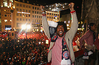 10.05.2014, Marienplatz, Muenchen, GER, 1. FBL, FC Bayern Muenchen Meisterfeier, im Bild Dante of Bayern Muenchen celebrates winning the German championship title Dante, // during official Championsparty of Bayern Munich at the Marienplatz in Muenchen, Germany on 2014/05/11. EXPA Pictures © 2014, PhotoCredit: EXPA/ Eibner-Pressefoto/ EIBNER<br /> <br /> *****ATTENTION - OUT of GER***** <br /> Football Calcio 2013/2014<br /> Bundesliga 2013/2014 Bayern Campione Festeggiamenti <br /> Foto Expa / Insidefoto