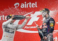 O piloto Sebastian Vettel (D) comemora sua vitória no GP da Índia, neste domingo, no Circuito Internacional de Buddh, em Noida, na Índia. Vettel conquistou o quarto título mundial consecutivo. O alemão se tornou o terceiro maior vencedor da história, atrás somente de Schumacher e Juan Manuel Fangio.  (Foto: Pixathlon / Brazil Photo Press).