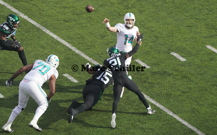 quarterback Ryan Fitzpatrick (14) of the Miami Dolphins wird den Ball line of scrimmage gegen defensive tackle Quinnen Williams (95) of the New York Jets und cornerback Nate Hairston (21) of the New York Jets - 08.12.2019: New York Jets vs. Miami Dolphins, MetLife Stadium New York