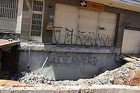 SAO PAULO, SP, 12.01.2014 - Solapamento de pista na Rua Doutor Siqueira Campos, no bairro da Liberdade, em São Paulo, neste domingo, 12. O buraco se formou devido às fortes chuvas que atingiram a cidade na tarde de 26/12. (Foto: William Volcov / Brazil Photo Press).