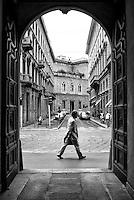 Milano, zona centro. Via Romagnosi vista attraverso il portone di un palazzo in via Manzoni, e una persona --- Milan, downtown. Romagnosi street seen through the doorway of a building in Manzoni street, and a person