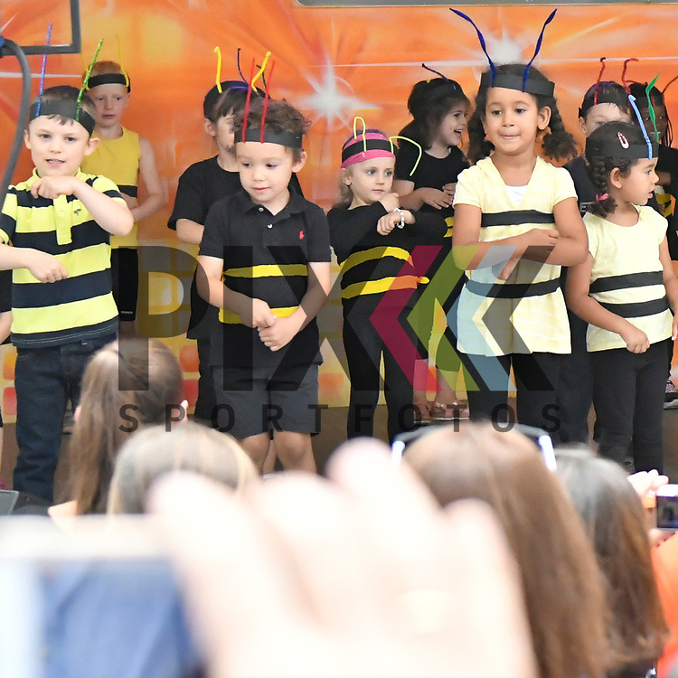 Mannheim 15.07.17 offizielle Eroeffnung des Stadtteilfestes auf dem Gerd-Dehof-Platz in Neuhermsheim im Bild das Kinderhaus Gerd Marx Strasse fuehrt einen Biene Maya Tanz vor.<br /> <br /> Foto &copy; Ruffler For editorial use only. (Bild ist honorarpflichtig - No Model Release!)