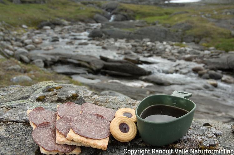 Kjeks, knekkebrød og kaffe til lunsj ---- Coffe and crackers for lunch.
