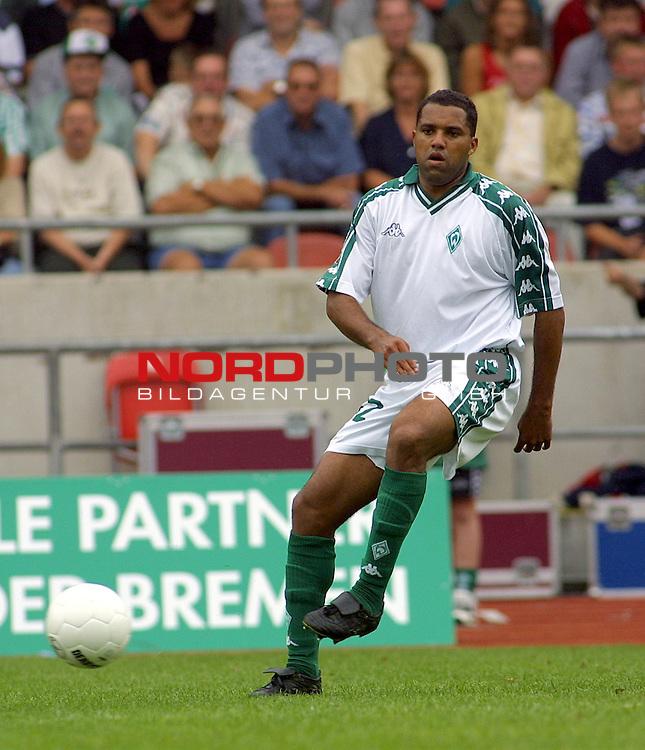Werder Bremen vs Energie Cottbus - Endstand 3:2<br /> <br /> Ailton auf dem Weg zum Siegtreffer der Bremer<br /> <br /> [Foto &prod; nordphoto -  Foto ist honorarpflichtig!  7 % MwSt. Belegexemplar erforderlich - (Dig.Fotografie)<br /> Georg-Reinke-Strasse 1; 49377 Vechta