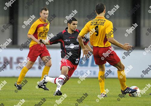 2010-08-25 / Voetbal / seizoen 2010-2011 / Hoogstraten VV - Waregem / Karim Didi (Hoogstraten) jaagt Zarti Ouissem op..Foto: Mpics