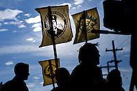 JL08 MARYLAND (ESTADOS UNIDOS) 16/12/2011.- Ciudadanos piden la liberación del soldado estadounidense Bradley Manning, frente a las puertas de la base militar Fort Meade hoy, viernes 16 de diciembre de 2011 en Maryland (Estados Unidos). El soldado estadounidense Bradley Manning, sospechoso de filtrar miles de documentos secretos a WikiLeaks, se enfrenta hoy en Fort Meade a una primera audiencia para determinar si debe ser juzgado por un tribunal militar u ordinario. EFE/Jim Lo Scalzo