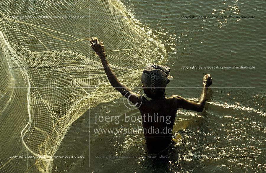 INDIA fisherman throws fishing net / Indien Fischer wirft sein Netz aus