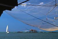 Italien, Toskana, Arnomuendung, Fischerhuetten und Stellnetze