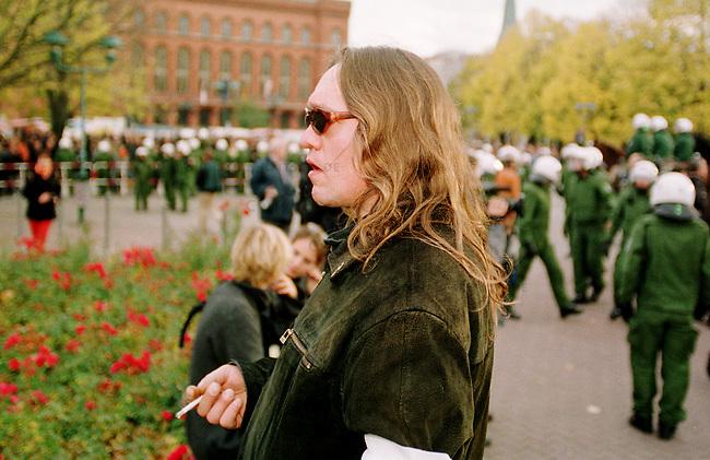 Etwa 1.200 Neonazis und Skinheads versammelten sich in Berlin zu einer Demonstration unter dem Motto: &quot;Meinungsfreiheit statt Verbote&quot;. Aufgerufen hatte eine sogenannte &quot;Kameradschaft Germania Berlin&quot;.<br /> Hier: Der Neonazi Meinhard Otto Elbing aus Nordrhein-Westphalen beobachtet Gegendemonstranten.<br /> 4.11.2000, Berlin<br /> Copyright: Christian-Ditsch.de<br /> [Inhaltsveraendernde Manipulation des Fotos nur nach ausdruecklicher Genehmigung des Fotografen. Vereinbarungen ueber Abtretung von Persoenlichkeitsrechten/Model Release der abgebildeten Person/Personen liegen nicht vor. NO MODEL RELEASE! Nur fuer Redaktionelle Zwecke. Don't publish without copyright Christian-Ditsch.de, Veroeffentlichung nur mit Fotografennennung, sowie gegen Honorar, MwSt. und Beleg. Konto: I N G - D i B a, IBAN DE58500105175400192269, BIC INGDDEFFXXX, Kontakt: post@christian-ditsch.de<br /> Bei der Bearbeitung der Dateiinformationen darf die Urheberkennzeichnung in den EXIF- und  IPTC-Daten nicht entfernt werden, diese sind in digitalen Medien nach &sect;95c UrhG rechtlich gesch&uuml;tzt. Der Urhebervermerk wird gemaess &sect;13 UrhG verlangt.]