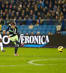 Nederland, Arnhem, 27 januari 2013.Eredivisie.Seizoen 2012-2013.Vitesse-Ajax.Lasse Schone van Ajax haalt uit, het schot beland via Guram Kashia, aanvoerder van Vitesse in het doel van Vitesse, 0-1.