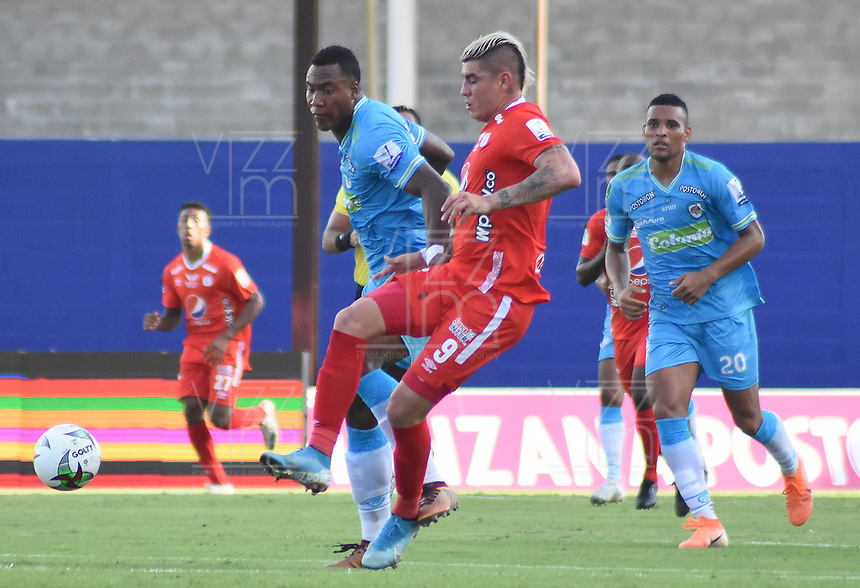 MONTERIA - COLOMBIA, 29-01-2020: Kevin Riascos de Jaguares disputa el balón con Michael Rangel de America durante partido por la fecha 2 Liga BetPlay DIMAYOR I 2020 entre Jaguares de Córdoba F.C. y América de Cali jugado en el estadio Jaraguay de la ciudad de Montería. / Kevin Riascos of Jaguares struggles the ball with Michael Rangel of America during match for the date 2 BetPlay DIMAYOR League I 2020 between Jaguares de Cordoba F.C. and America de Cali played at Jaraguay stadium in Monteria city. Photo: VizzorImage / Andres Felipe Lopez / Cont