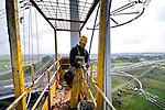 BLEISWIJK - Langs de snelweg A12 bij Bleiswijk zijn monteurs van Spie bezig met het inhangen van kabels voor één van de opmerkelijkst vormgegeven en magnetisch vriendelijke hoogspanningsmasten van Nederland, de Wintrack-mast. De door architectenbureau Zwarts & Jansma, in opdracht van de stroombeheerder Tennet, vormgegeven stalen palen zijn niet alleen kleiner en slanker dan de traditionele stalen vakwerkmasten, maar hebben een aanzienlijker kleiner magnetisch veld. Hierdoor is bebouwing tot maximaal 75 meter van de palen toegestaan, terwijl dat bij de vakwerkmasten tot 300 meter geldt. De nieuwe masten gaan het nieuwe hoogspanningsstation van Bleiswijk verbinden met de 380 kilovoltlijn uit Krimpen aan de IJssel. COPYRIGHT TON BORSBOOM
