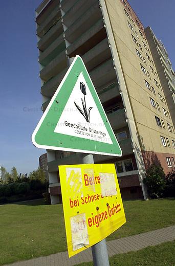 Berlin-Marzahn<br /> Hochhaus Niemegker Strasse 17-23 in Berlin Marzahn. Der nur noch zu Teil bewohnte Plattenbau soll nach Willen der Wohnungsbaugesellschaft Marzahn (WBG) abgerissen werden. Die Leestandsquote bei der WBG betraegt angeblich zwoelf Prozent, rund 3000 Wohnungen sollen leerstehen. Im ganzen Stadtbezirk solle es ueber 12000 leere Wohnungen geben.<br /> 2.10.2002, Berlin<br /> Copyright: Christian-Ditsch.de<br /> [Inhaltsveraendernde Manipulation des Fotos nur nach ausdruecklicher Genehmigung des Fotografen. Vereinbarungen ueber Abtretung von Persoenlichkeitsrechten/Model Release der abgebildeten Person/Personen liegen nicht vor. NO MODEL RELEASE! Nur fuer Redaktionelle Zwecke. Don't publish without copyright Christian-Ditsch.de, Veroeffentlichung nur mit Fotografennennung, sowie gegen Honorar, MwSt. und Beleg. Konto: I N G - D i B a, IBAN DE58500105175400192269, BIC INGDDEFFXXX, Kontakt: post@christian-ditsch.de<br /> Bei der Bearbeitung der Dateiinformationen darf die Urheberkennzeichnung in den EXIF- und  IPTC-Daten nicht entfernt werden, diese sind in digitalen Medien nach &sect;95c UrhG rechtlich geschuetzt. Der Urhebervermerk wird gemaess &sect;13 UrhG verlangt.]