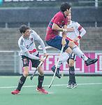 AMSTELVEEN - Johannes Mooij (Adam) met Wisse Schapers (HCKZ)  tijdens de hoofdklasse competitiewedstrijd mannen, Amsterdam-HCKC (1-0).  COPYRIGHT KOEN SUYK