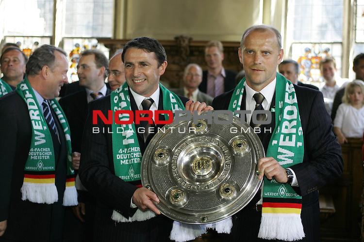 BL 2003/2004 - Deutscher Meister 2004 - Werder Bremen<br /> <br /> Klaus Allofs und Thomas Schaaf mit der Meisterschale im Rathaus<br /> <br /> Foto &copy; nordphoto <br /> <br /> <br /> <br /> <br /> <br /> <br /> <br /> <br /> <br />  *** Local Caption *** Foto ist honorarpflichtig! zzgl. gesetzl. MwSt.<br /> <br />  Belegexemplar erforderlich<br /> <br /> Adresse: nordphoto<br /> <br /> Georg-Reinke-Strasse 1<br /> <br /> 49377 Vechta