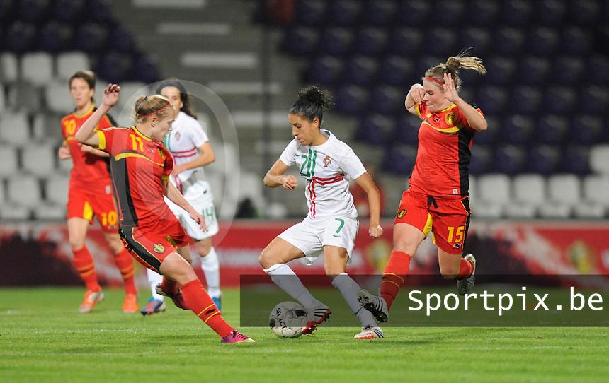Belgian Red Flames - Portugal (31/10/2013) :<br /> Claudia Neto (M) dribbelt zich een weg tussen Janice Cayman (L) en Marlies Verbruggen (R)<br /> foto Dirk Vuylsteke / nikonpro.be