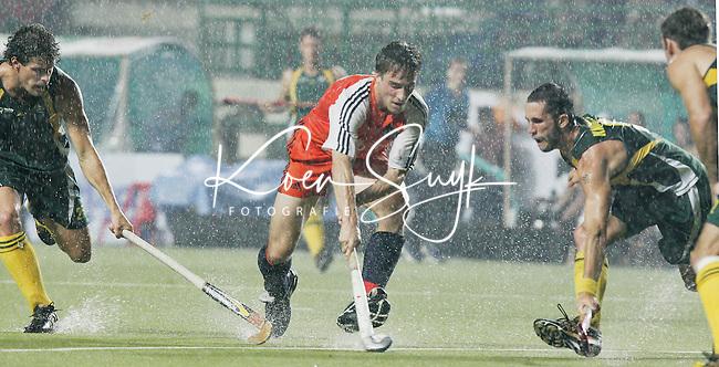 CHENNAI-Champions Trophy hockey mannen. Rob Reckers probeert in de stromende regen de Australiers Livermore (l) en Knowles te passeren, zondag tijdens de finalewedstrijd Nederland-Australie. ANP PHOTO KOEN SUYK