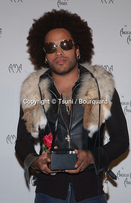 Lenny Kravitz with award in the pressroom at the 29th Annual American Music Awards at the Shrine Auditorium in Los Angeles Wednesday, Jan. 9, 2002. He won Pop/Rock Favorite Male Artist.           -            KravitzLenny12.jpg