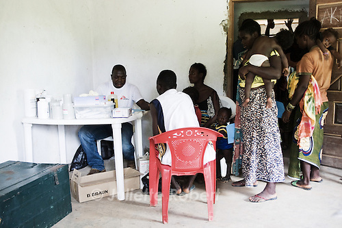 Rapidement, la file d'attente s'allonge, à la clinique mobile de MSF à Old Yourpea, Liberia.