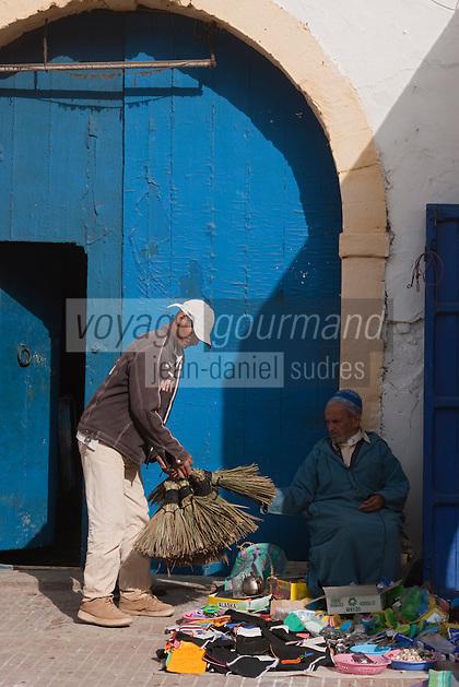 Afrique/Afrique du Nord/Maroc/Essaouira: Scène de rue de la médina, marchand de balais