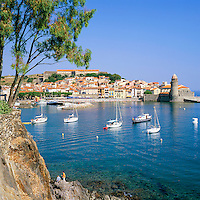 France, Languedoc-Roussillon, Département Pyrénées-Orientales, Collioure: town view with pebble beach and with fortified church Notre-Dame-des-Anges   Frankreich, Languedoc-Roussillon, Département Pyrénées-Orientales, Collioure: Standtansicht mit Kiesstrand und Wehrkirche Notre-Dame-des-Anges