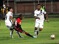 CUCUTA - COLOMBIA - 06 - 09 -2015: Jonathan Palacios (Cent.) jugador de Cucuta Deportivo disputa el balón con Rafael Carrascal (Izq.) y Nelson Barahona (Der.) jugadores de Alianza Petrolera, durante partido entre Cucuta Deportivo y Alianza Petrolera, por la fecha 10 de la Liga Aguila II-2015, jugado en el estadio General Santander de la ciudad de Cucuta.  / Jefferson Murillo (C) player of Cucuta Deportivo vies for the ball with Rafael Carrascal (L) and Nelson Barahona (R) players of Alianza Petrolera, during a match between Cucuta Deportivo and Alianza Petrolera, for the date 10 of the Liga Aguila II-2015 at the General Santander Stadium in Cucuta city, Photo: VizzorImage / Manuel Hernandez/ Cont. ( Mejor Calidad Disponible / Best Quality Available)