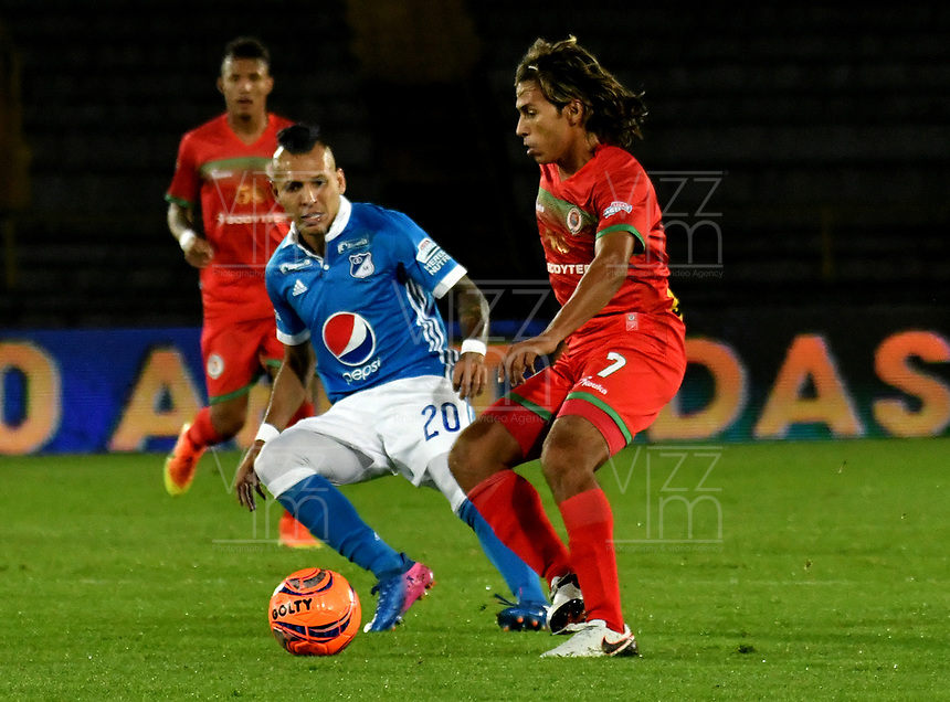 BOGOTA - COLOMBIA - 09 – 05 - 2017: Juan Guillermo Dominguez (Izq.) jugador de Millonarios disputa el balón con Diego Chica (Der.) jugador de Cortulua, durante partido de la fecha 17 entre Millonarios y por la Liga Aguila I-2017, jugado en el estadio Nemesio Camacho El Campin de la ciudad de Bogota. / Juan Guillermo Dominguez (L) player of Millonarios vies for the ball with Diego Chica (R) player of Cortulua, during a match of the date 17th between Millonarios and Cortulua, for the Liga Aguila I-2017 played at the Nemesio Camacho El Campin Stadium in Bogota city, Photo: VizzorImage / Luis Ramirez / Staff.