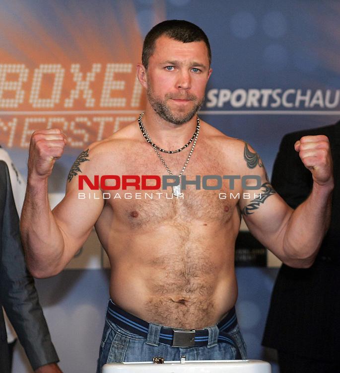 Wiegen IBF-Weltmeisterschaft Mittelgewicht Arthur Abraham (GER) und Sebastien Demers (CAN)<br /> Vadim Tokarev beim Wiegen.<br /> Foto &copy; nph ( nordphoto )