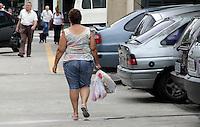 SAO PAULO, SP, 15 DE MARCO 2012 - SACOLAS PLASTICAS - Consumidores saem de supermercado da Vila Prudente utilizando sacolas plasticas na regiao leste da capita paulista do Estado de São Paulo. O Ministério Público do Estado de São Paulo e o Procon-SP determinou período que supermercados do Estado de São Paulo vão distribuir sacolas reutilizáveis aos consumidores que comprarem ao menos cinco itens na quinta-feira (15/03), Dia do Consumidor. A iniciativa faz parte das ações previstas no TAC (Termo de Ajustamento de Conduta) assinado pela Apas (Associação Paulista de Supermercados). FOTO: ALE VIANNA - BRAZIL PHOTO PRESS.