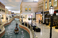 QATAR, Doha, Aspire Zone, Villaggio climatized shopping mall with Venice theme imitation, artificial canal with Gondola and luxury boutique / KATAR, Doha, klimatisierte Villaggio shopping mall mit Venedig Imitation, Kanal mit Gondel