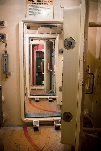 Zwei luftdichte Türen führen zu dem Raketenschacht und zu dem / Two airtight doors leading into the shaft, to the top flor of the command center.