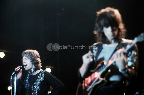 Mick Jagger (l) and Keith Richards. The Rollings Stones on stage in Hamburg (Germany) in September 1970. | usage worldwide Credit: DPA/MediaPunch ***FOR USA ONLY***